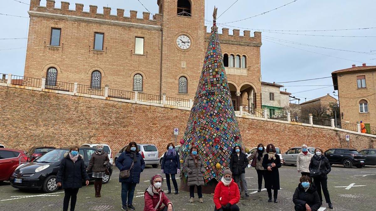 L'albero di Natale di 7 metri realizzato a uncinetto