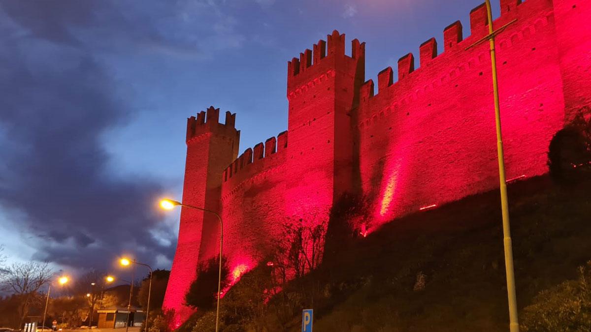 """""""Rosso Speranza"""" Un fascio di luce rossa illumina di vitalità la provincia di Pesaro e Urbino"""